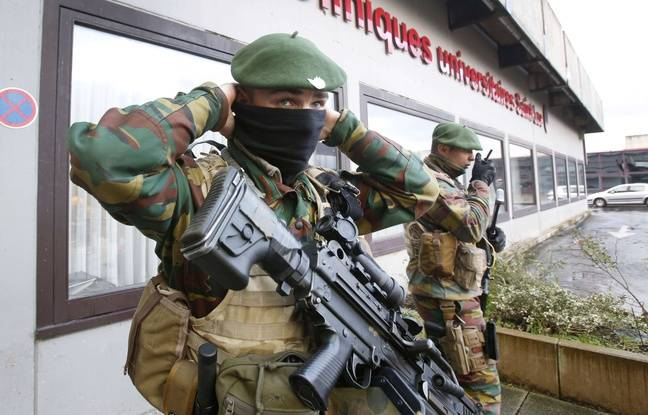 Des soldats belges patrouillant devant une clinique de la région de Bruxelles, le 25 novembre 2015.