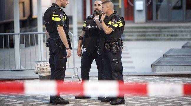 La police néerlandaise pendant l'évacuation de la salle de concert de Maassilo à Rotterdam aux Pays-Bas après une menace terroriste, le 23 août 2017. – Arie Kievit / ANP / AFP