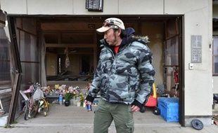 Takayuku Ueno pose le 8 mars 2015 devant un autel dressé en hommage à sa famille décédée à la suite du Tsunami, le 11 mars 2011 sur la côte de Minamisoma, à une vingtaine de kilomètres au nord de la centrale de Fukushima