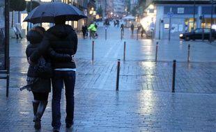 Des experts pensent que le climat breton limite la propagation du coronavirus.Illustration d'un couple marchant sous la pluie à Rennes.