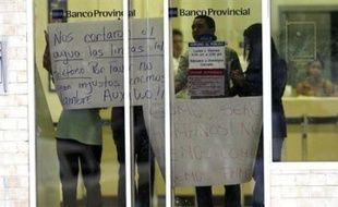 Quatre braqueurs d'une banque située dans le centre du Venezuela, qui avaient fui en ambulance en emmenant des otages, se sont rendus mardi à la police, a annoncé le gouverneur de l'Etat de Guarico.