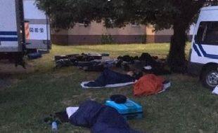Les CRS ont préféré dormir dehors plutôt que dans le bâtiment prévu.