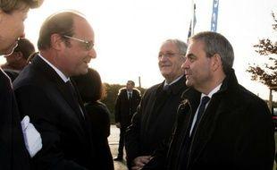 Poignée de mains entre François Hollande et Xavier Bertrand le 1 décembre 2015 in  Neuville Saint-Vaast