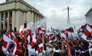 Des supporters du PSG célèbrent le titre de champion du club en mai 2013, sur la place du Trocadéro.