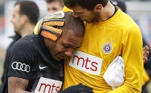 Le gardien du Partizan a tenté de consoler Everton Luiz à la fin du match