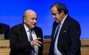 Michel Platini et Sepp Blatter s'entretiennent lors du 64e congrès de la Fifa le 11 juin 2014 à Sao Paulo, la veille de l'ouverture du Mondial de football