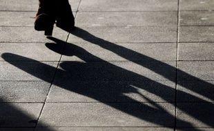 Une femme marche dans la rue. (image d'illustration)
