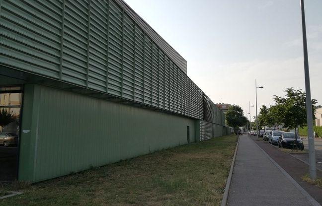 Protégée du soleil d'un côté, l'école l'est beaucoup moins de l'autre, où il tape pourtant le matin.