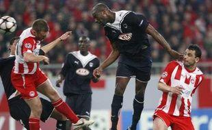 Le Bordelais Mickaël Ciani domine deux joueurs de l'Olympiakos pour inscrire le but de la victoire bordelaise en terre grecque, mardi 23 février 2010.