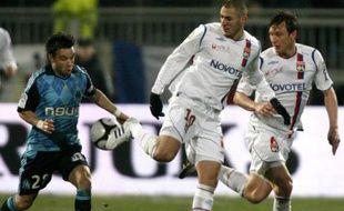 Mathieu Valbuena et Karim Benzema à la lutte lors de Lyon-Marseille le 14 décembre 2008.