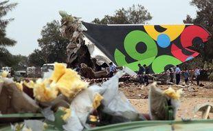 Des débris de l'avion de la compagnie Al Afriqiyah qui s'est écrasé à Tripoli, mercredi 12mai 2010.