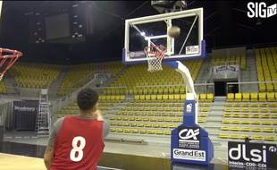 VIDEO. Basket: Le concours de paniers dingues des joueurs de la SIG A.J Slaughter et Erving Walker