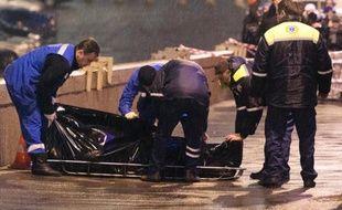 Des enquêteurs transportent, le 28 février 2015 le corps de l'opposant russe Boris Nemstov après son assassinat sur un pont à Moscou près du Kremlin