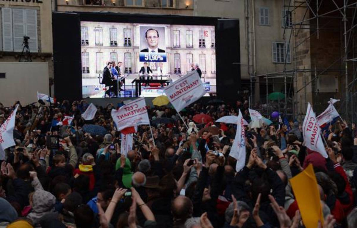 Des militants socialistes exultent après la victoire de François Hollande. – P. DESMAZES / AFP