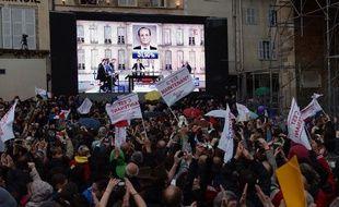 Des militants socialistes exultent après la victoire de François Hollande.