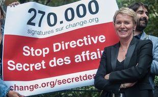 Elise Lucet de France Télévisions et Fabrice Arfi (à droite) lors d'une manifestation contre le secret des affaires en juin 2015.