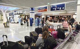 Des passagers attendent leur vol à l'aéroport d'Orly, le 18 septembre 2014 (photo d'illustration).