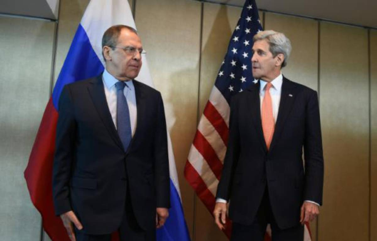 Le ministre russe des Affaires étrangères, Sergueï Lavrov (g) et le secrétaire d'Etat américain, John Kerry, le 11 février 2016 à Munich – Christof STACHE AFP