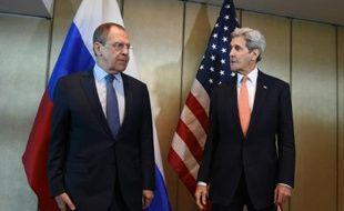 Le ministre russe des Affaires étrangères, Sergueï Lavrov (g) et le secrétaire d'Etat américain, John Kerry, le 11 février 2016 à Munich