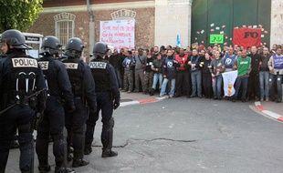 Des surveillants bloquent l'entrée de la prison de Fresnes, le 4 mai 2009.
