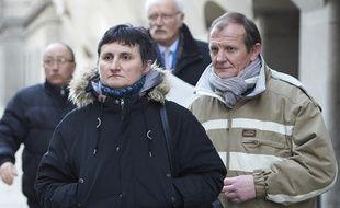 Le père et la mère de Sophie Lionnet, se rendant au procès du couple suspecté d'avoir tué leur fille