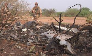 Des soldats français sécurisent l'épave de l'avion d'Air Algérie, le 25 juillet 2014.