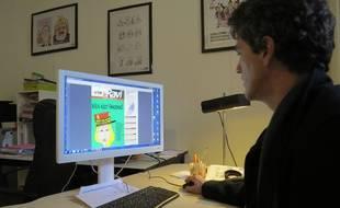Le rédacteur en chef du Ravi devant le PDF du numéro de janvier.