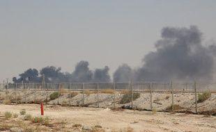 De la fumée s'échappe d'une installation pétrolière Aramco à Abqaiq e 14 septembre 2019, à environ 60 km au sud-ouest de Dhahran, dans la province orientale de l'Arabie saoudite. L'incendie est survenu après une attaque par drones revendiquée par les Houtis, des rebelles yéménites.
