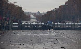 Les forces de l'ordre étaient déployées autour des Champs Elysées à Paris, le 1er décembre 2018, pour encadrer la manifestation des