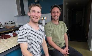 Les gérants, Alain Berhault et Samuel Boggio, assis devant le bar de l'auberge