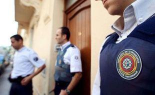Des policiers en faction devant un immeuble