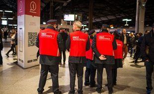 Des «gilets rouges» SNCF à la gare Saint-Lazare, le 13 janvier 2020.