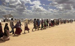 Des Somaliens font la queue pour manger.