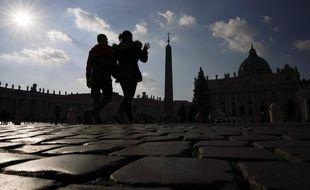 Des touristes sur la place Saint-Pierre au Vatican.
