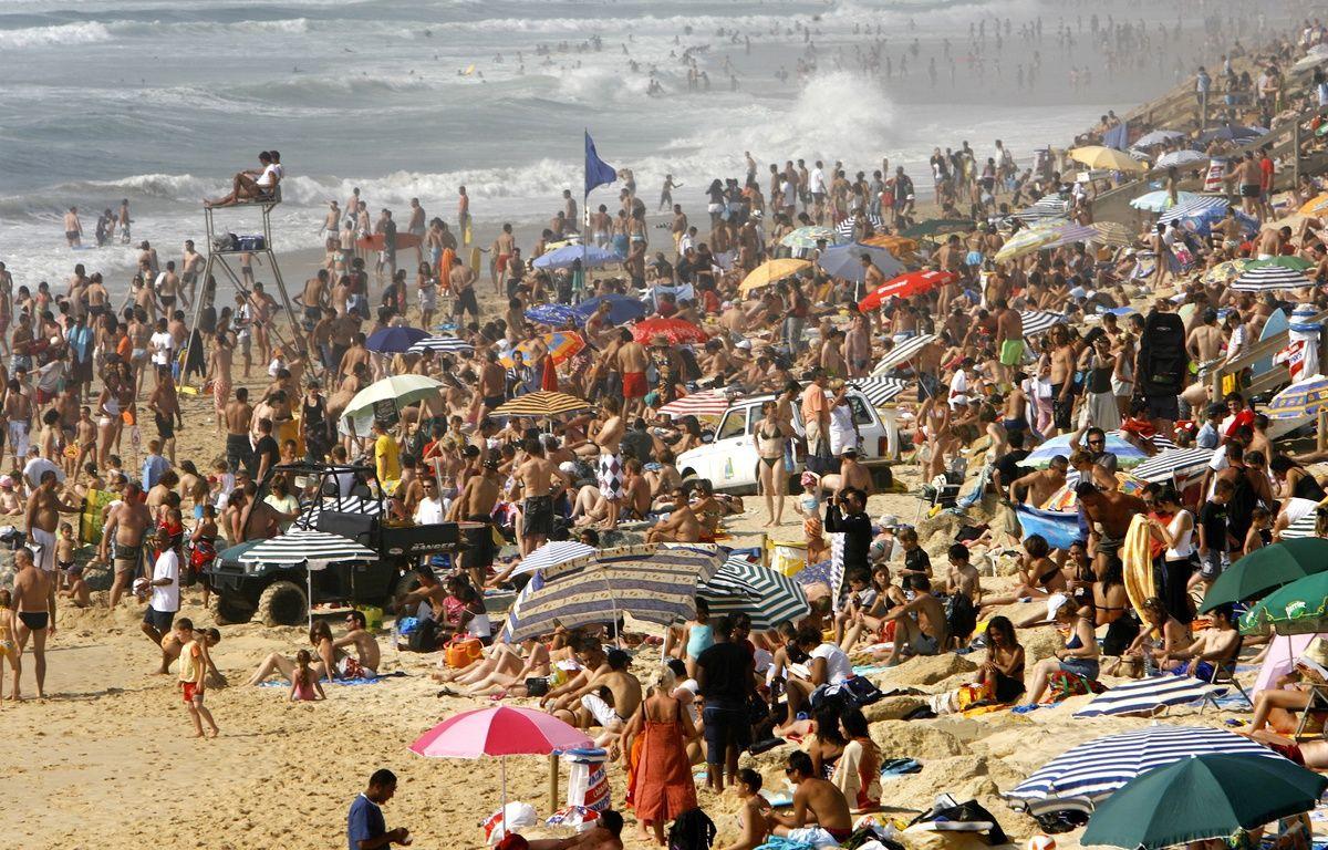 Une plage bondée de Lacanau, une des stations préférées des résidents de la Métropole.  – JEAN-PIERRE MULLER / AFP