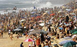 Une plage bondée de Lacanau, une des stations préférées des résidents de la Métropole.