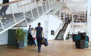 Le hall principal du bâtiment Mediacampus.