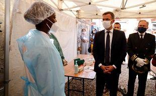 Le ministre de la Santé Olivier Véran en visite dans un centre de dépistage de Mantes-la-Jolie, où des plages horaires sont réservées au dépistage des publics prioritaires.