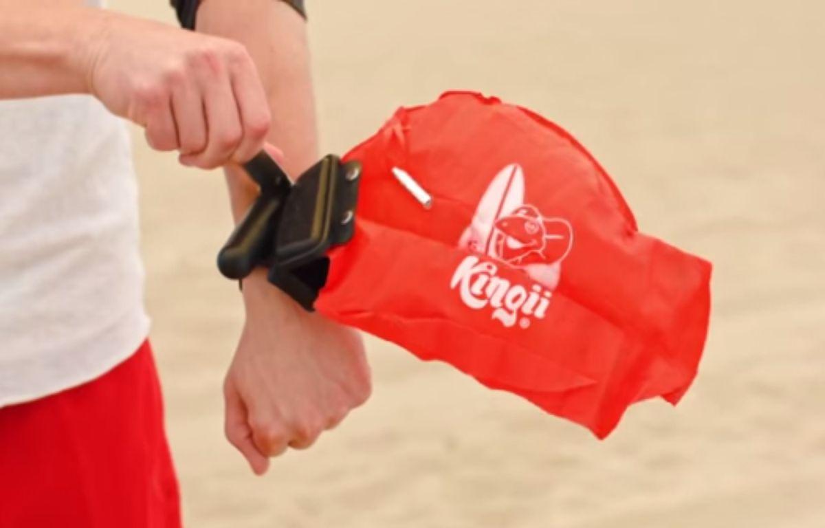 Le bracelet-sauveteur « Kingii », créé par une start-up américaine, renferme une bouée de sauvetage qui peut vous sauver de la noyade. – Kingii/YouTube
