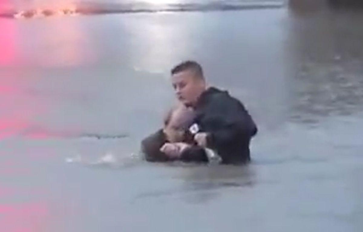 Capture d'écran d'une vidéo montrant le reporter de KTRK-TV Steve Campion ramener un conducteur sur la berge, à Houston (Texas).  – KTRK-TV