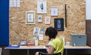 Dans son atelier, Emilie Ettori croque les différents quartiers de Lyon vus du ciel.