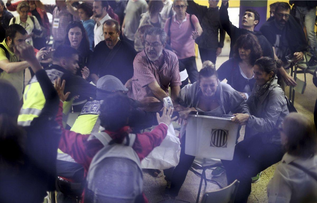 Les observateurs internationaux, chargés de suivre le déroulé du référendum d'autodétermination organisé ce dimanche 1er octobre en Catalogne, ont constaté de nombreux empêchements émanant du gouvernement espagnol. – Manu Brabo/AP/SIPA
