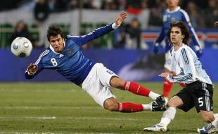 France's Yoann Gourcuff (L) challenges Argentina's Fernando Gago during their international friendly soccer match at the Velodrome stadium in Marseille February 11, 2009. REUTERS/Philippe Laurenson (FRANCE)