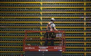 Un technicien inspecte l'arrière salle d'une à l'arrière  d'une ferme de bitcoin au Québec, Canada, le 19 mars 2018.  Illustration.