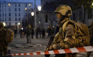 Un militaire français dans les rues de Saint-Denis (Seine-Saint-Denis), le 18 novembre 2015.