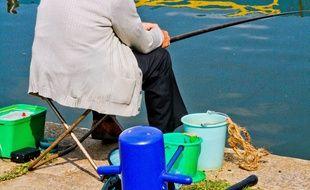 Un pêcheur à la ligne avec sa canne à pêche