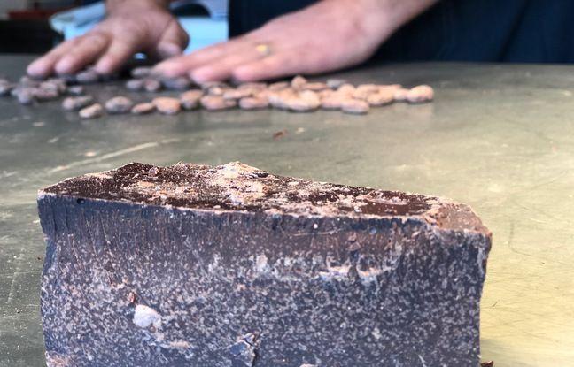 La première étape de fabrication du chocolat à partir de la fève de cacao.