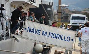 Des migrants sauvés dans le cadre de l'opération italienne Mare Nostrum débarquent à Palerme le 20 octobre 2014