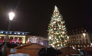 VIDEO. Strasbourg: Le sapin enfin illuminé, le marché de Noël peut commencer.