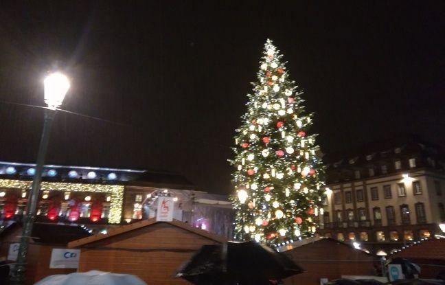 VIDEO. Strasbourg: Le sapin enfin illuminé, le marché de Noël peut commencer